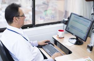Medico laboral realizando examen de ingreso en Medellín